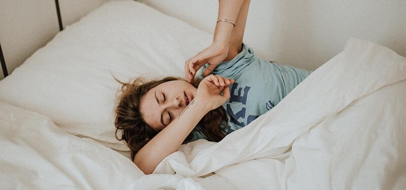 Femme dormant avec une cup