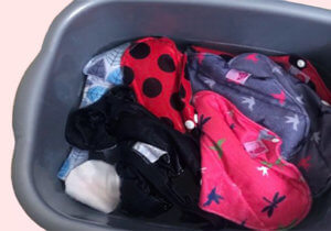 étape de prélavage des serviettes hygiéniques lavables