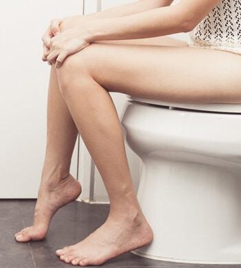 personne aux toilettes qui pratique le flux instinctif libre