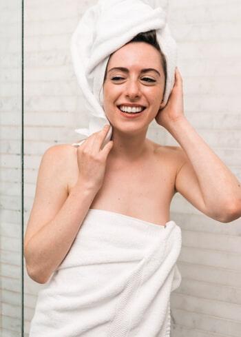 femme portant une cup avantageuse pour l'hygiène