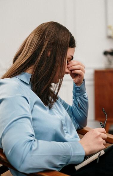avoir un mal de tête à cause du syndrome prémenstruel