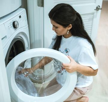 femme qui lave son shorty de règles